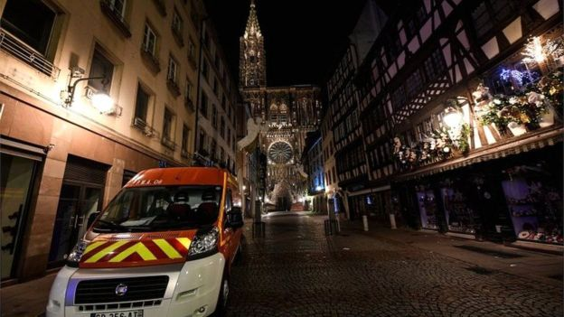 Lokasi pasar Natal langsung dikosongkan menyusul penembakan pada Selasa (11/12) malam. (EPA)