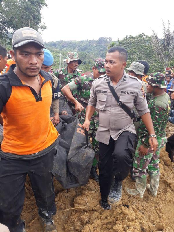 Evakuasi Korban Longsor yang Menimbun 4 Rumah di Toba Samosir, Sumut (foto: Robert/Okezone)