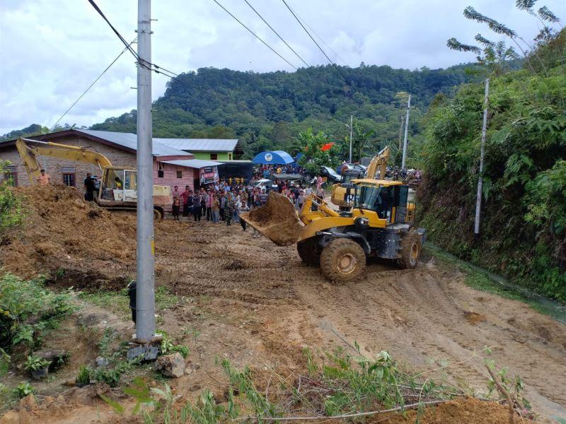 Evakuasi Longsor yang Menimbun 4 Rumah di Toba Samosir, Sumut (foto: Robert/Okezone)