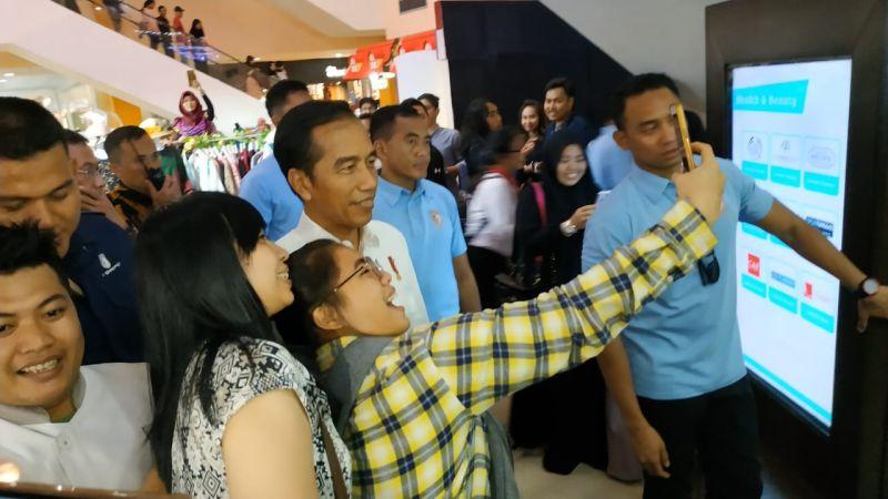 Jokowi Ngemal di Jambi (Foto: Fakhrizal Fakhri/Okezone)