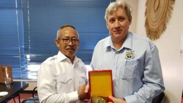 Konjen Dicky Soerjanatamihardja (kiri) bersama pejabat Pemkot East Arnhem Barry Bonthuys. (Foto: Agung Prabowo)