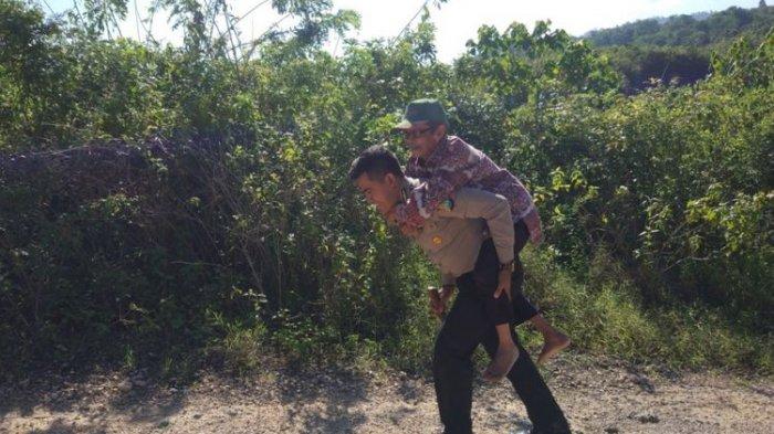 foto polisi menggendong seorang kakek menjadi viral di media sosial.
