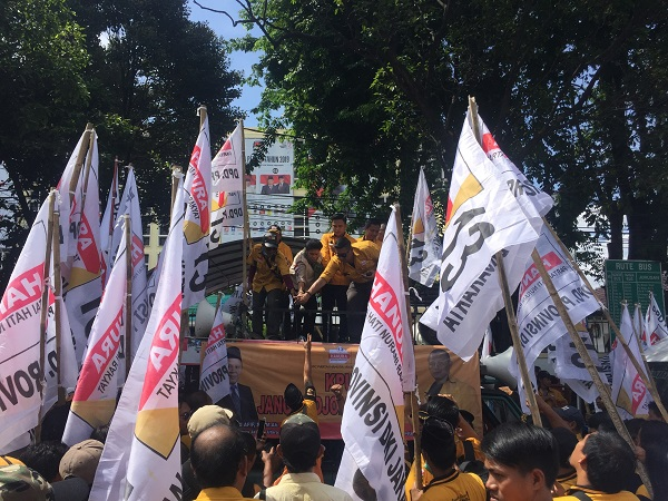 Kader Partai Hanura demo di Kantor KPU tuntut OSO dimasukkan ke daftar caleg DPD. (Foto : Harits Tryan Akhmad/Okezone)