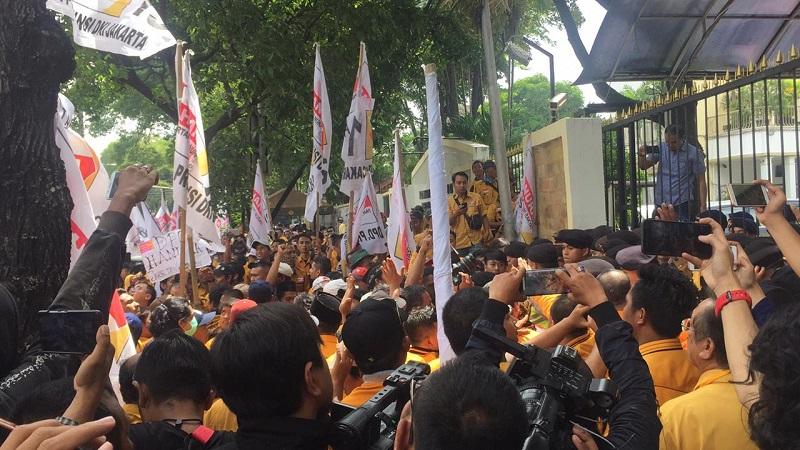 Demo soal OSO di KPU, Massa Hanura Dorong-Dorongan dengan Polisi. (Foto : Harits Tryan Akhmad/Okezone)
