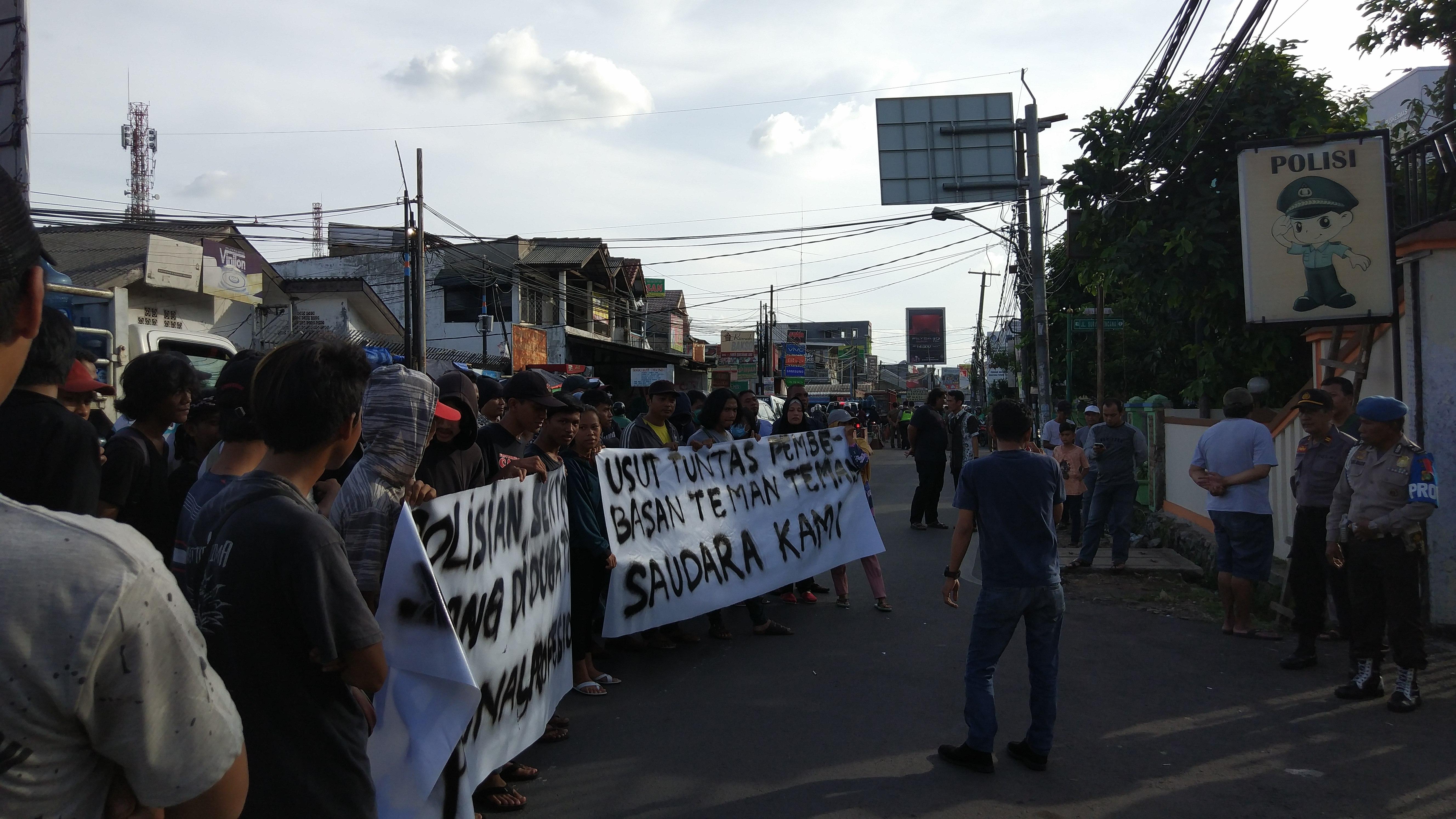 Demo depan Polsek Pamulang