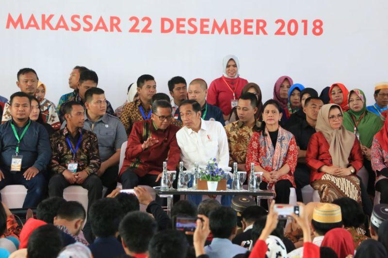 Gubernur Sulawesi Selatan HM Nurdin Abdullah dan Presiden Jokowi di Acara Jambore Desa, di Makassar (foto: Herman/Okezone)