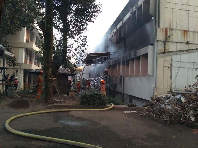 Salah Satu Bangunan ITB Terbakar (foto: CDB Yudistira/Okezone)