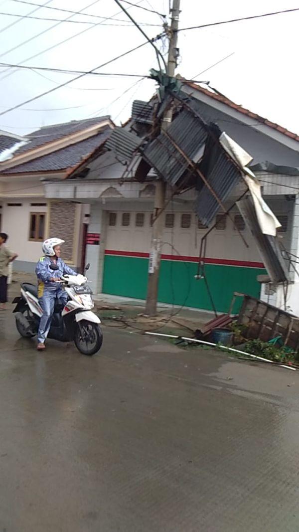 Puting Beliung di Cirebon, Jawa Barat (foto: Fathnur Rohman/Okezone)