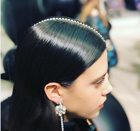 Cara konvensional yakni menggunakan gliter-glitter pada rambut