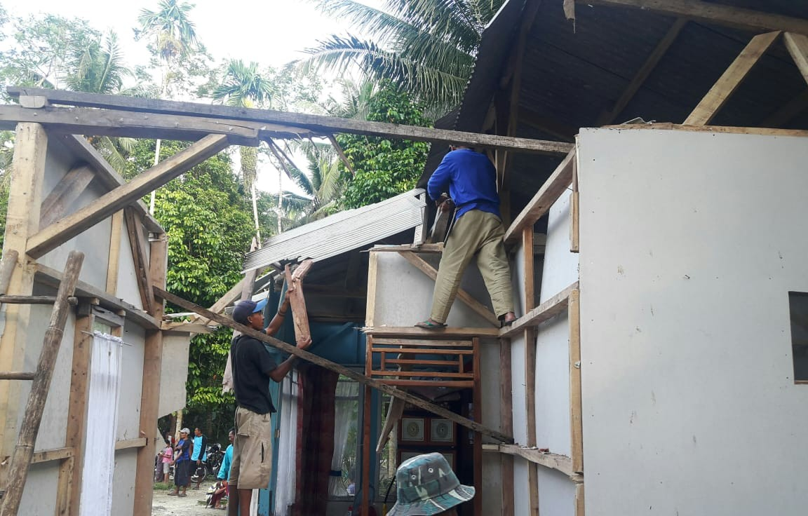 Angin kencang merusak sejumlah rumah warga