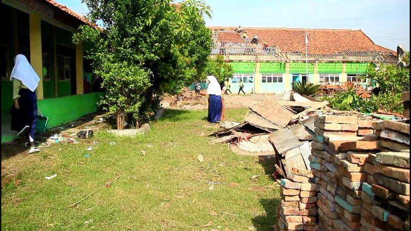 MTs Istiqomah di Desa Panguragan Kulon, Kabupaten Cirebon, Jawa Barat, Rusak Dihantam Puting Beliung (foto: Toiskandar/iNews)