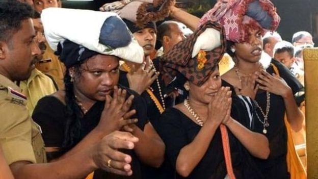 Empat perempuan transgender beribadat di Kuil Sabarimala dengan dijaga 20 anggota polisi, beberapa waktu lalu. (Foto: BBC Hindi)