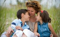 Moms, Menunjukkan Rasa Cinta pada si Kecil Itu Penting, Yuk Ketahui Cara dan Dampaknya!