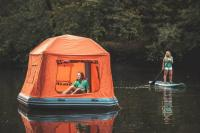 Bosan <i>Kemping</i> di Daratan? Cobalah Tidur di Permukaan Air dengan Tenda Apung Ini