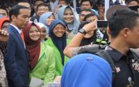 Senangnya...Mahasiswi Cantik Ini Bisa Selfie Bareng Presiden Jokowi