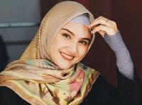 Penampilan 5 Selebriti Wanita Berhijab Pakai Ciput Rajut yang Lagi Tren, Semakin Cantik!