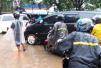 Hati-Hati, Hujan Buat Jalan TB Simatupang Tergenang, Lalu Lintas Padat
