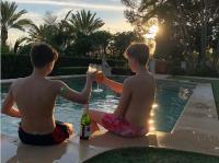 Unggah Foto Cruz dengan Wine, Victoria Beckham Dihujat Netizen