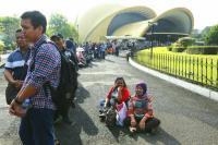 <i>Wuihh</i>, Ribuan Orang Antre Cetak E-KTP di TMII