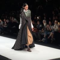 Deden Siswanto Usung Inspirasi Pakaian Tradisional Indonesia Berkonsep Urban di JFW 2018, Seperti Apa <i>Ya</i> Kira-Kira?