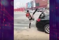 Bikin Ngakak! Menutup Bagasi Mobil dengan Kaki Jadi Tren Olahraga Kekinian Wanita Tiongkok, Berani Coba?