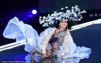 Detik-Detik Terjatuhnya Model Ming Xi di Victoria's Secret 2017 Fashion Show