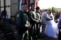 Penuh Suasana Haru, Pasangan Pengantin AS - Meksiko Menikah di Gerbang Perbatasan Kedua Negara