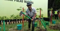 Nugie Ramaikan Gerakan Menanam Trembesi di Bangkalan, Madura