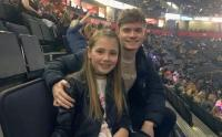 Kembali ke Manchester Arena Usai Tragedi Konser Ariana Grande, Foto Kedua Kakak Beradik Ini Jadi Viral