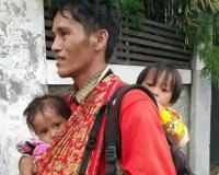 Pria Bone Telantar di Jakarta, Foto Gendong 2 Anak Kembarnya Tanpa Alas Kaki Viral di Medsos