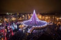 Pohon Natal Raksasa Setinggi 27 Meter yang Terbuat dari 70 Ribu Bola Lampu di Lituania Jadi Viral