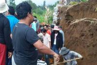 Akses Jalan Putus Akibat Tebing Longsor di Jember