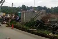 Terperosok, Truk Kontainer Timpa Rumah di Bogor