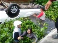 Viral, Aksi Heroik Warga Evakuasi Gadis-Gadis Penumpang Mobil <i>Nyemplung</i> ke Rawa