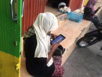 Beredar Fotonya Asyik Main Gadget, Pengemis Ini Banjir Cibiran Netizen