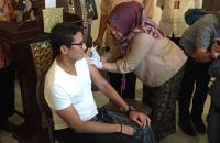 Cegah Difteri, Sandiaga Ikut Suntik Vaksin di Balai Kota
