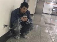 Pergi ke Stasiun Setiap Malam Tanpa Naik Kereta, Alasan Pria Ini Mengharukan