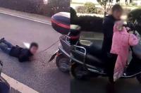 Berdalih Beri Pelajaran, Ibu di China Seret Anaknya Menggunakan Motor