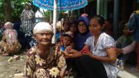 Nenek di Banyuasin Ini Rela Menunggu 7 Jam Demi Dapat Sembako dari Jokowi