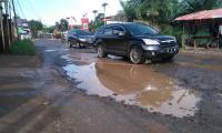 Rawan Kecelakaan, Dishub Pasang Papan Peringatan Jalan Rusak di Bekasi