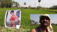 Petani Ini Pasang Poster Bintang Porno Berbikini di Tengah Sawah, Untuk Apa?