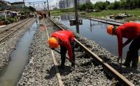 Jalur Rel Ketanggungan Masih Banjir, KAI Gunakan Bus Angkut Penumpang