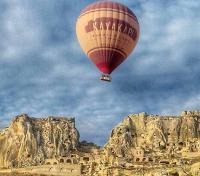 Sensasi Nginap di Hotel Gua Cappadocia Sambil Menikmati Pemandangan Balon Udara