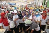 Didatangi Khofifah, Buruh Pabrik Rokok di Jombang Berebut Salaman dan Foto Bareng