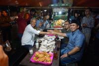 Ganjar-Yasin & Dirman-Ida Nongkrong Bareng di Angkringan Jelang Debat Kandidat