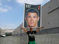 Fans Juventus Bentangkan Megaposter Cristiano Ronaldo Jelang Kedatangan di J Medical