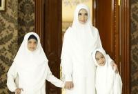 4 Gaya Kompak nan Cantik Inneke Koesherawati dengan Kedua Putrinya