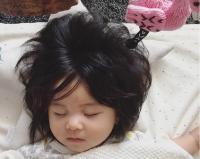 Bayi Umur 6 Bulan Ini Punya Rambut Gondrong yang Menggemaskan!