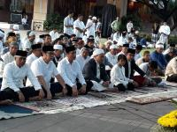 Anies Ajak Keluarga Salat Idul Adha di Halaman Balai Kota Jakarta