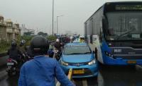 Ada Taksi Tabrak Beton Pembatas Jalan, Lalin di <i>Flyover</i> Pesing Tersendat
